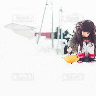 冬,キッズ,傘,雪,足元,子供,女の子,オレンジ,小さい,キラキラ,お散歩,オレンジ色,コンパクト,ローアングル,アンブレラ,ミニサイズ,ミニ傘,降り止む