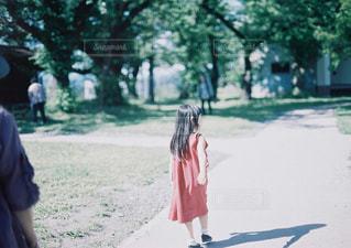 公園にいる少女の写真・画像素材[2267294]