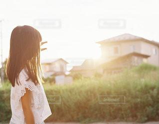 草の上に立っている少女の写真・画像素材[2281223]