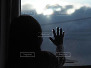 窓の前を眺めるの写真・画像素材[2798104]