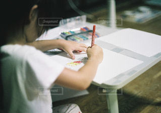 屋内,イラスト,カラフル,女の子,楽しい,テーブル,ペン,人,絵描き,可愛い,お絵描き,趣味,握る,紙,おえかき,マジック,スケッチブック,画用紙,好きな時間,上手,おうち時間,自由時間