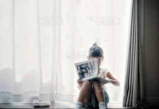 窓辺で読書の写真・画像素材[3327818]