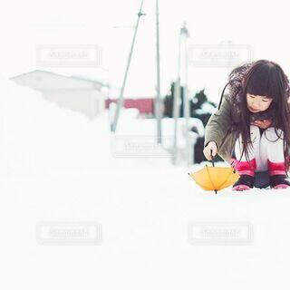 オレンジのミニ傘の写真・画像素材[3669649]
