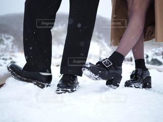 雪の中に立っている人々 のカップルの写真・画像素材[1758690]