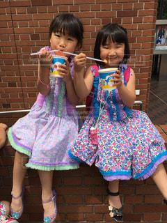 子供の隣に立っている小さな女の子の写真・画像素材[2388031]