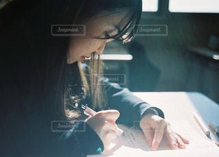 彼女の携帯電話を見ている女性の写真・画像素材[1691267]