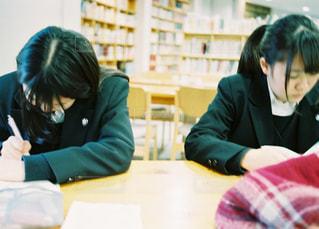 テーブルに座っている人々 のグループの写真・画像素材[1691286]
