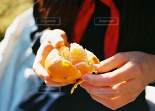 食べ物のかけらを持っている手の写真・画像素材[1764621]