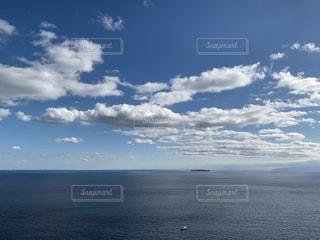 冬の澄んだ青い空の写真・画像素材[2423183]