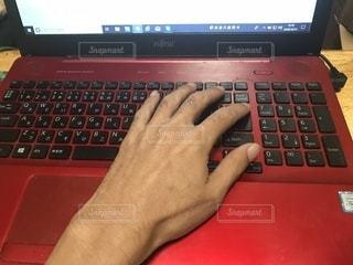 ノート パソコンのキーボードの上に座って人の写真・画像素材[1532253]