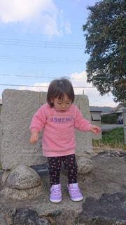 石碑前の女の子の写真・画像素材[1787462]
