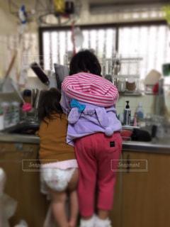 キッチンに立っている女の子の写真・画像素材[1792985]