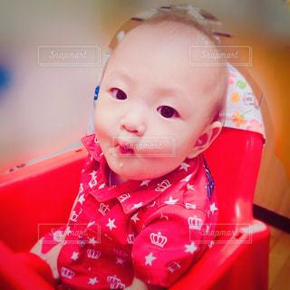 赤いシャツを着た赤ん坊の写真・画像素材[2168874]