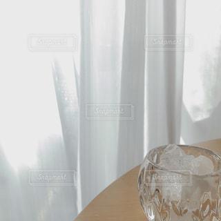 テーブルの上の白い花瓶の写真・画像素材[2184462]