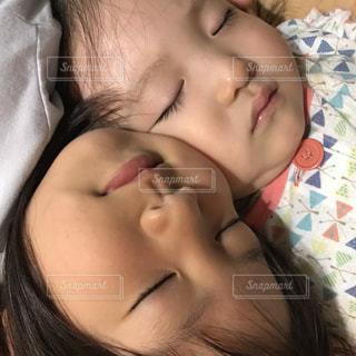 可愛い姉妹の寝顔の写真・画像素材[2326891]