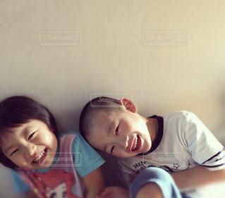 2人で笑顔の写真・画像素材[2327436]