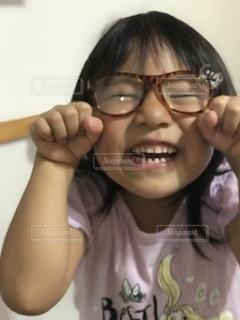 眼鏡をかけてカメラに微笑むムスメの写真・画像素材[2351833]
