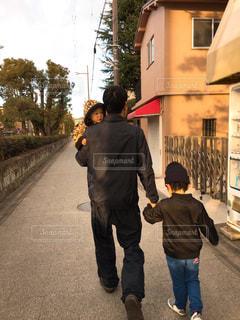 歩いている親子の写真・画像素材[2386639]