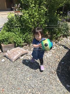 庭で遊ぶ娘の写真・画像素材[2430565]