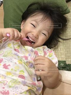 寝転んで歯磨きの写真・画像素材[2466189]