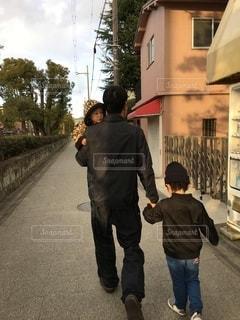 歩道に立っている少年の写真・画像素材[2729783]