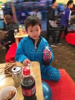 テーブルに座っている小さな男の子の写真・画像素材[2746037]