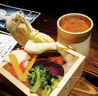 テーブルの上の食べ物のトレイの写真・画像素材[2812759]