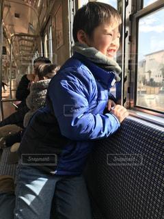 窓の前に立っている少年の写真・画像素材[2821992]