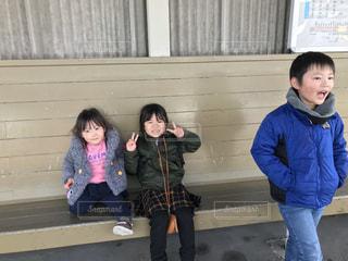 ベンチに座っている小さな女の子の写真・画像素材[2825538]