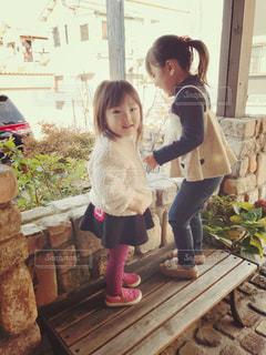 建物の前に立っている小さな女の子の写真・画像素材[2825534]