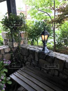 庭の石のベンチの写真・画像素材[2832218]