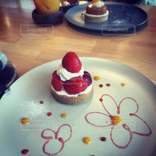 テーブルの上の皿の上にケーキを置くの写真・画像素材[2914901]