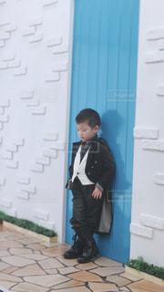 建物の前に立っている少年の写真・画像素材[3008791]