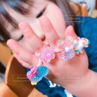おもちゃの指輪欲しがって買ったら五本の指全部にの写真・画像素材[3125830]