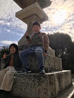 ベンチに座っている兄妹の写真・画像素材[3240494]