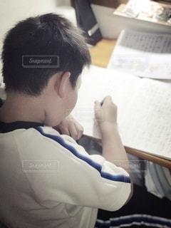屋内,室内,男子,人,ノート,小学生,勉強,男の子,鉛筆,8歳,自宅,体操服,自習,学習,短髪,自宅学習,漢字ドリル