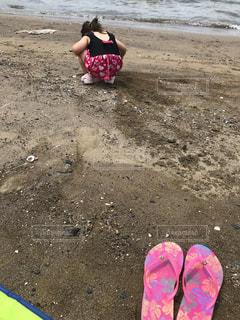 ビーチに座っている小さな女の子の写真・画像素材[3509061]