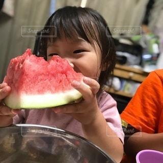 食べ物を食べている小さな女の子の写真・画像素材[3567106]