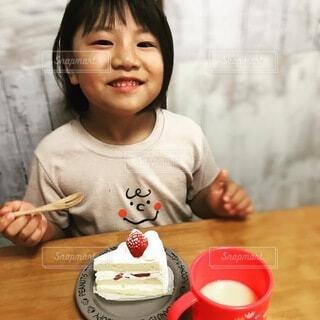 テーブルに座っている小さな女の子の写真・画像素材[3622598]