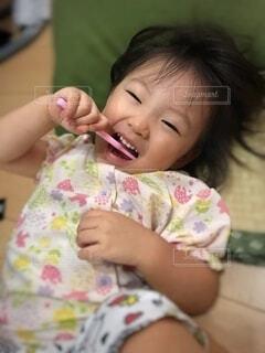 子ども,屋内,かわいい,少女,手持ち,人物,人,赤ちゃん,幼児,ポートレート,パジャマ,ライフスタイル,手元,歯磨き