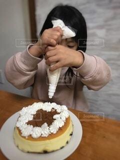ケーキ,屋内,手,女の子,手持ち,デザート,テーブル,生クリーム,人物,人,誕生日,ポートレート,焼き菓子,誕生日ケーキ,ライフスタイル,手元,デコレーションケーキ,6歳