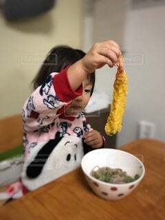 食べ物,屋内,そば,手持ち,人物,壁,人,料理,ポートレート,娘,ライフスタイル,天ぷら,手元,3歳,えび天,年越しそば