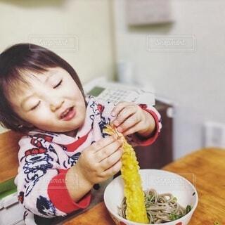 子ども,食べ物,屋内,手持ち,テーブル,人物,壁,人,幼児,ポートレート,ライフスタイル,天ぷら,手元,えび天,年越しそば