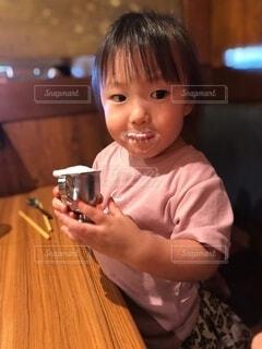 テーブルの上に座っている赤ん坊の写真・画像素材[3686002]