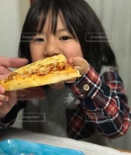 食べ物,飲み物,屋内,女の子,人物,壁,人,食品,食べる,料理,出前,菓子,宅配,テイクアウト,ファストフード,スナック,ジャンクフード,ピザ,デリバリー,お持ち帰り