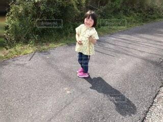 子ども,風景,屋外,道路,少女,樹木,人物,道,人,赤ちゃん,たんぽぽ,幼児,綿毛,履物,少し,人間の顔