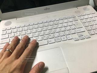 男性,白,パソコン,PC,仕事,ビジネス,キーボード,作業中,資料作成,文書作成,プロジェクト作成,タッチパット