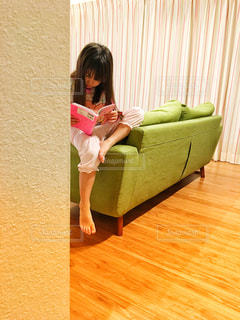 ソファに座る子供の写真・画像素材[1545847]