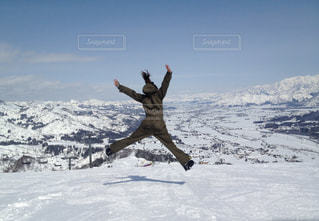 女性,1人,アウトドア,空,スポーツ,雪,ジャンプ,雪山,影,人物,元気,ゲレンデ,レジャー,大の字