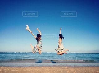 ビーチで空を飛ぶ人の写真・画像素材[2983263]